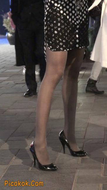 街拍黑丝短裙少妇逛街中2