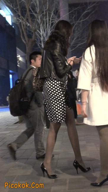 街拍黑丝短裙少妇逛街中4