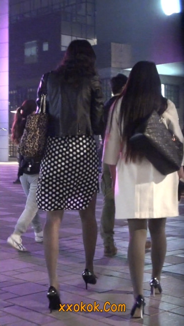 街拍黑丝短裙少妇逛街中6