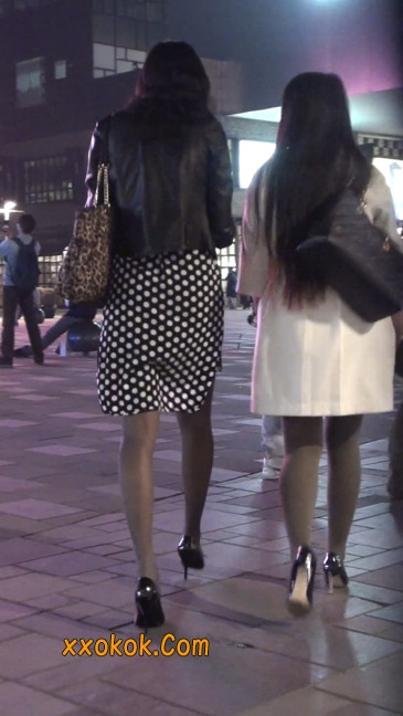街拍黑丝短裙少妇逛街中7