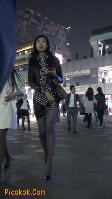 街拍黑丝短裙少妇逛街中8