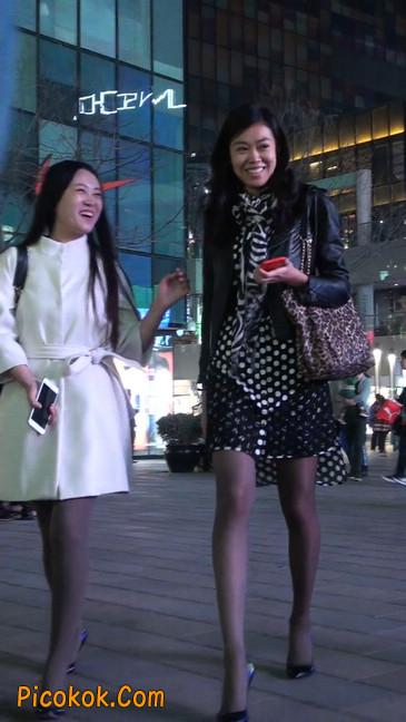 街拍黑丝短裙少妇逛街中10