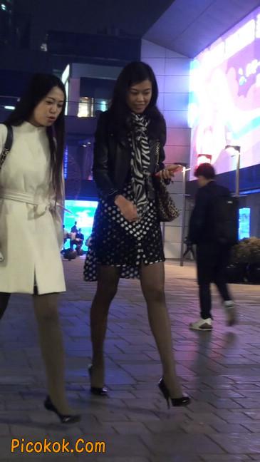 街拍黑丝短裙少妇逛街中11