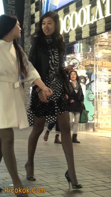 街拍黑丝短裙少妇逛街中13