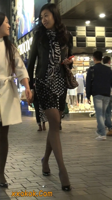 街拍黑丝短裙少妇逛街中14