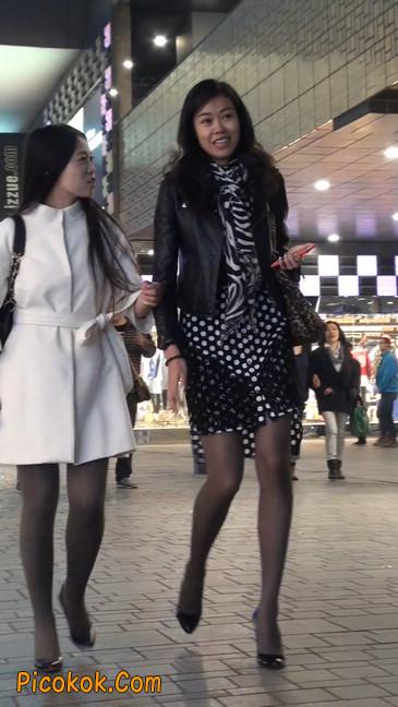街拍黑丝短裙少妇逛街中19