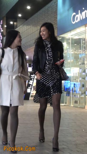 街拍黑丝短裙少妇逛街中21