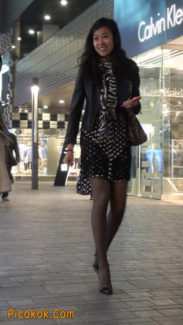 街拍黑丝短裙少妇逛街中22
