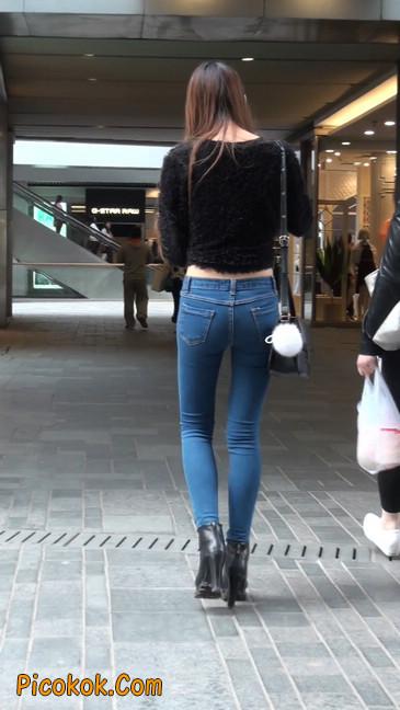 街拍圆润翘臀牛仔紧身裤美女2
