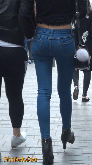 街拍圆润翘臀牛仔紧身裤美女38