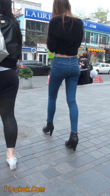 街拍圆润翘臀牛仔紧身裤美女40