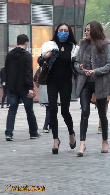 身材相貌都超赞的两位美女你喜欢哪个