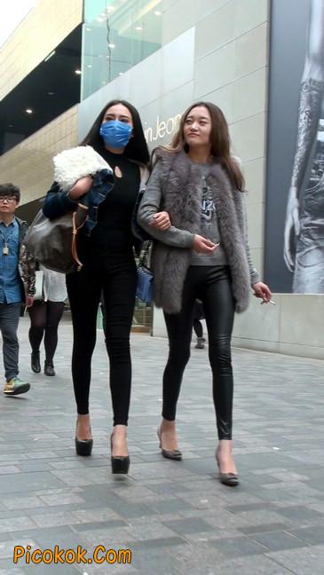 身材相貌都超赞的两位美女你喜欢哪个13