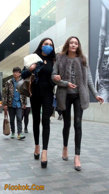 身材相貌都超赞的两位美女你喜欢哪个14