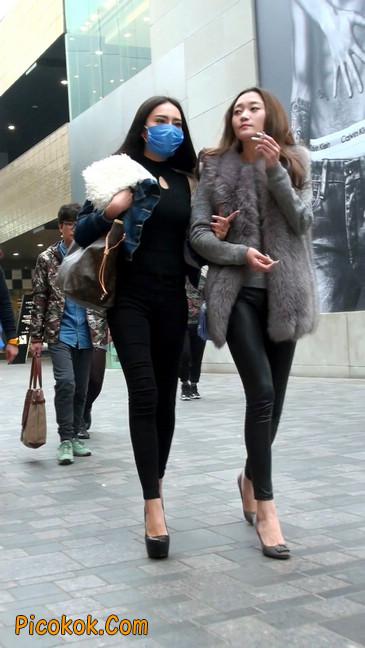 身材相貌都超赞的两位美女你喜欢哪个16
