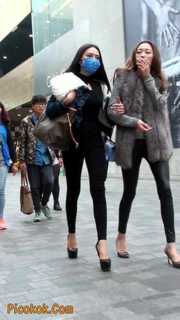 身材相貌都超赞的两位美女你喜欢哪个17