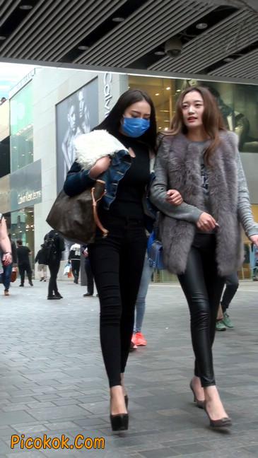 身材相貌都超赞的两位美女你喜欢哪个18
