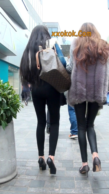 身材相貌都超赞的两位美女你喜欢哪个23