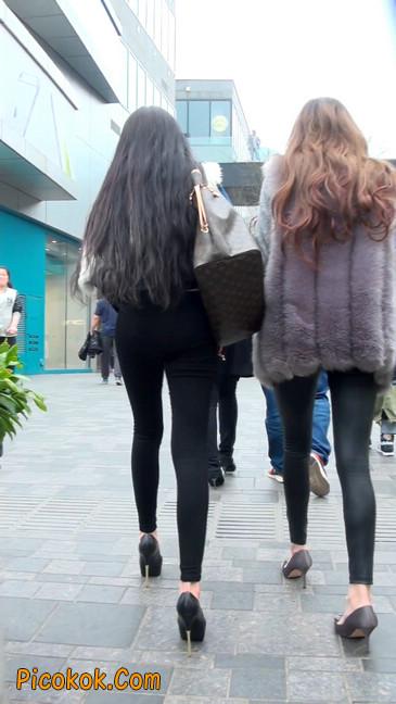 身材相貌都超赞的两位美女你喜欢哪个24