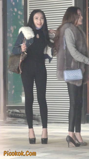 身材相貌都超赞的两位美女你喜欢哪个40