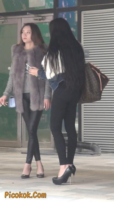 身材相貌都超赞的两位美女你喜欢哪个45