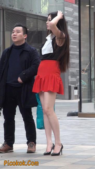 大长腿模特在广场上摆姿势拍照