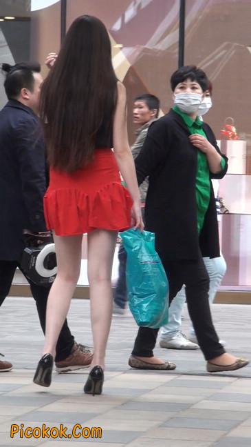 大长腿模特在广场上摆姿势拍照2