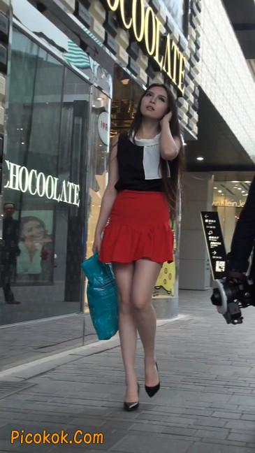 大长腿模特在广场上摆姿势拍照5