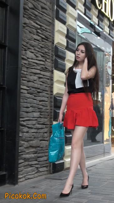 大长腿模特在广场上摆姿势拍照6