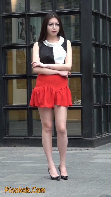 大长腿模特在广场上摆姿势拍照14