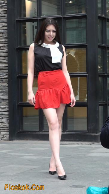 大长腿模特在广场上摆姿势拍照16