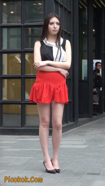 大长腿模特在广场上摆姿势拍照24