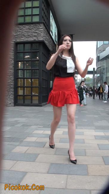 大长腿模特在广场上摆姿势拍照26
