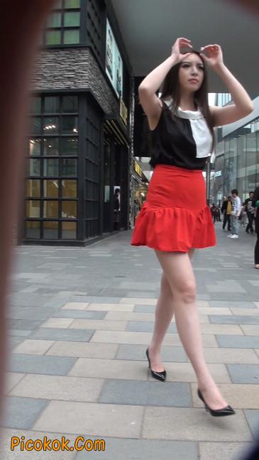 大长腿模特在广场上摆姿势拍照27