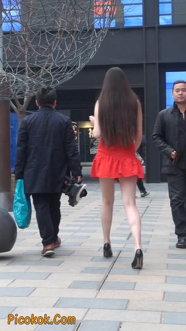 大长腿模特在广场上摆姿势拍照28