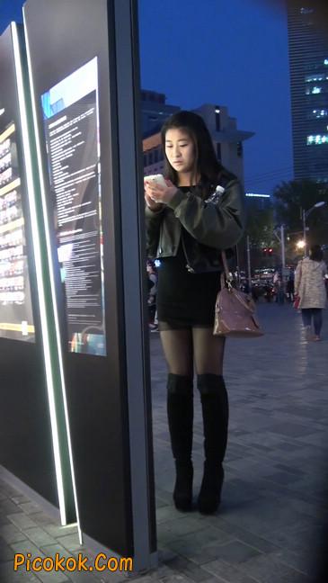 黑丝短裙小美眉一直在玩手机约什么呢