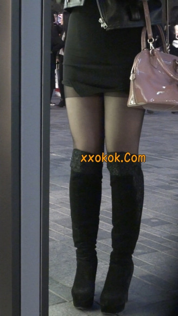 黑丝短裙小美眉一直在玩手机约什么呢3