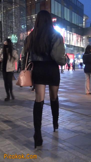 黑丝短裙小美眉一直在玩手机约什么呢4