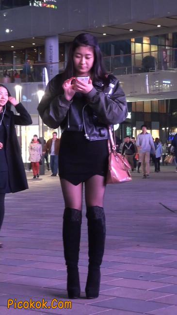 黑丝短裙小美眉一直在玩手机约什么呢8