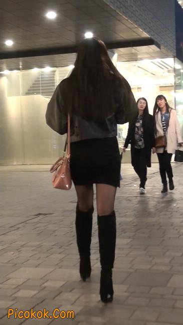 黑丝短裙小美眉一直在玩手机约什么呢9
