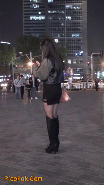 黑丝短裙小美眉一直在玩手机约什么呢14