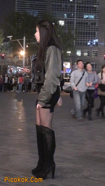 黑丝短裙小美眉一直在玩手机约什么呢16