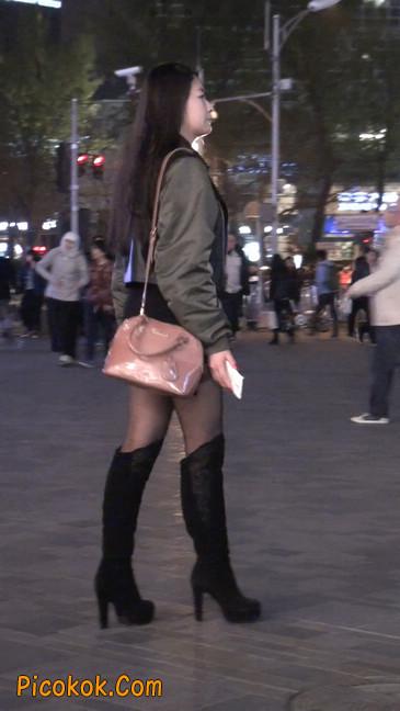 黑丝短裙小美眉一直在玩手机约什么呢18