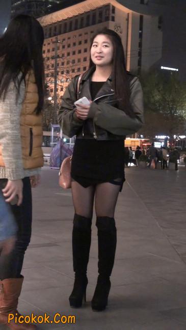 黑丝短裙小美眉一直在玩手机约什么呢21