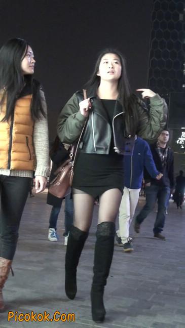黑丝短裙小美眉一直在玩手机约什么呢23