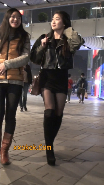 黑丝短裙小美眉一直在玩手机约什么呢29
