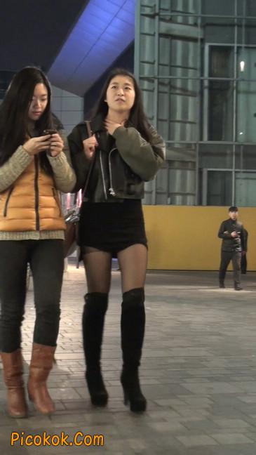 黑丝短裙小美眉一直在玩手机约什么呢31
