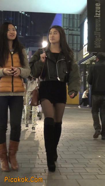 黑丝短裙小美眉一直在玩手机约什么呢32