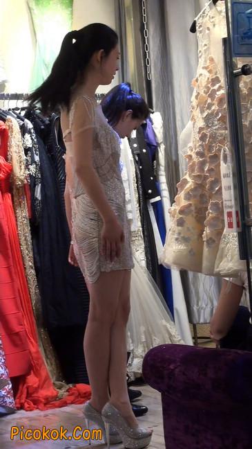 少妇换衣服被街拍,太暴露了14