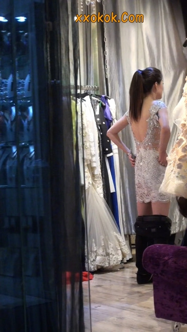 少妇换衣服被街拍,太暴露了23